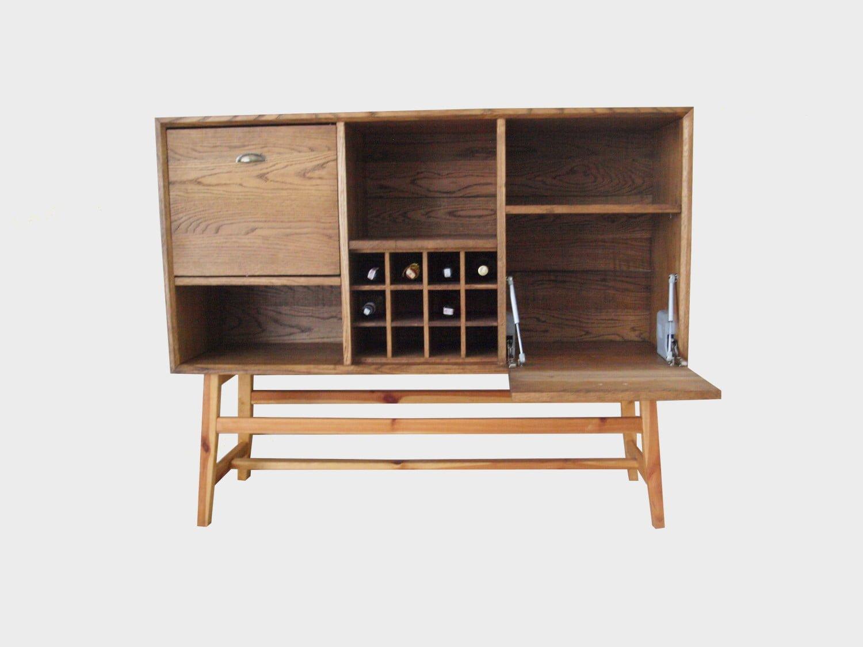 kredens barek MUKO z litego drewna dębowego z półkami na wino