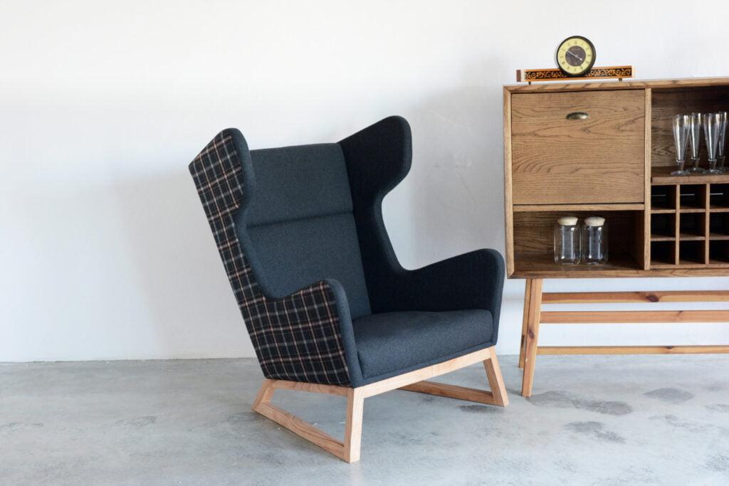 designerski fotel uszak LORD na drewnianych nogach, szary fotel, polski design, nowoczesny fotel do salonu
