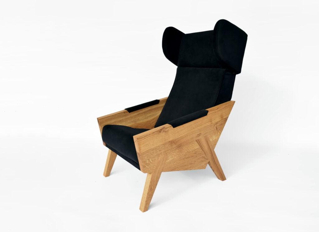 wypoczynkowy dębowy fotel uszak do salonu w kolorze czarnym, polski design