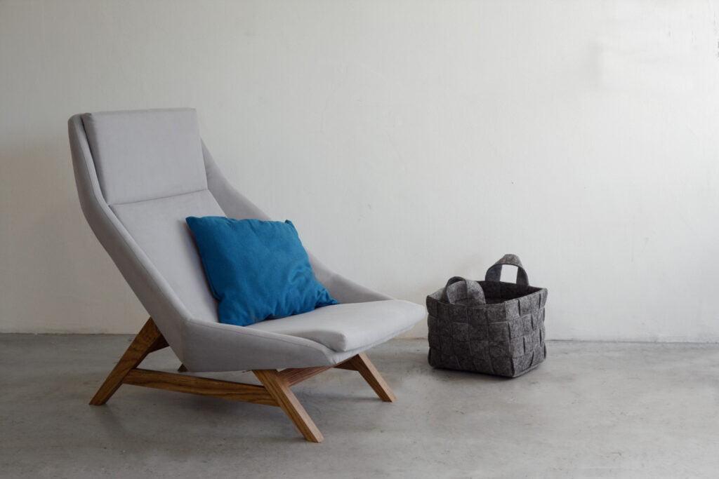 komfortowy stylowy nowoczesny fotel Mito na drewnianej podstawie tapicerowany naturalna bawełnianą tkanina , fotel jasny szary, styl skandynawski , minimalistyczny