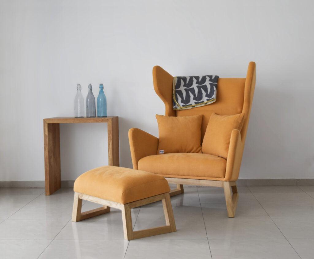 designerski fotel uszak LORD na drewnianych nogach, musztardowy fotel, polski design
