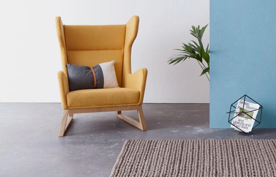 designerski fotel uszak LORD na drewnianych nogach, żółty fotel, polski design
