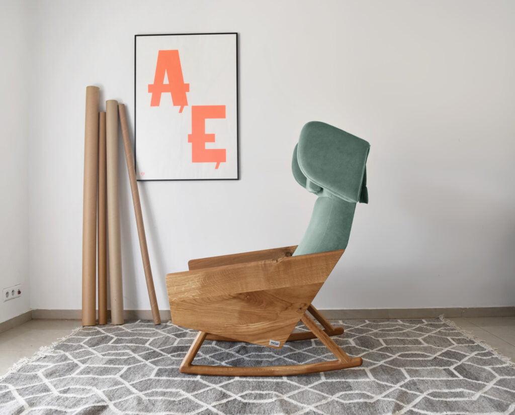 dębowy fotel wypoczynkowy na biegunach, nowoczesny fotel bujany, oryginalny uszak w skandynawskim stylu