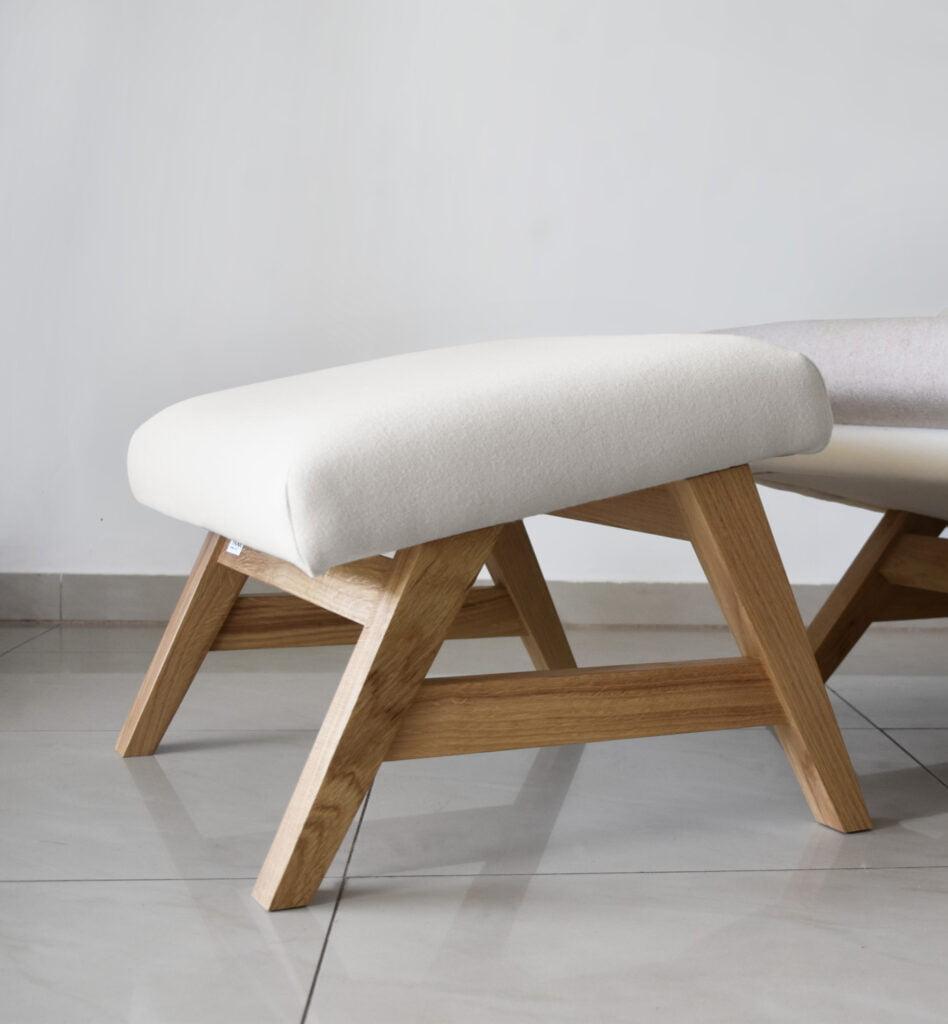 jasny fotel drewniany, komfortowy stylowy nowoczesny fotel Mito na drewnianej podstawie tapicerowany naturalna bawełnianą tkanina , fotel niebieski pastelowy, styl skandynawski , minimalistyczny