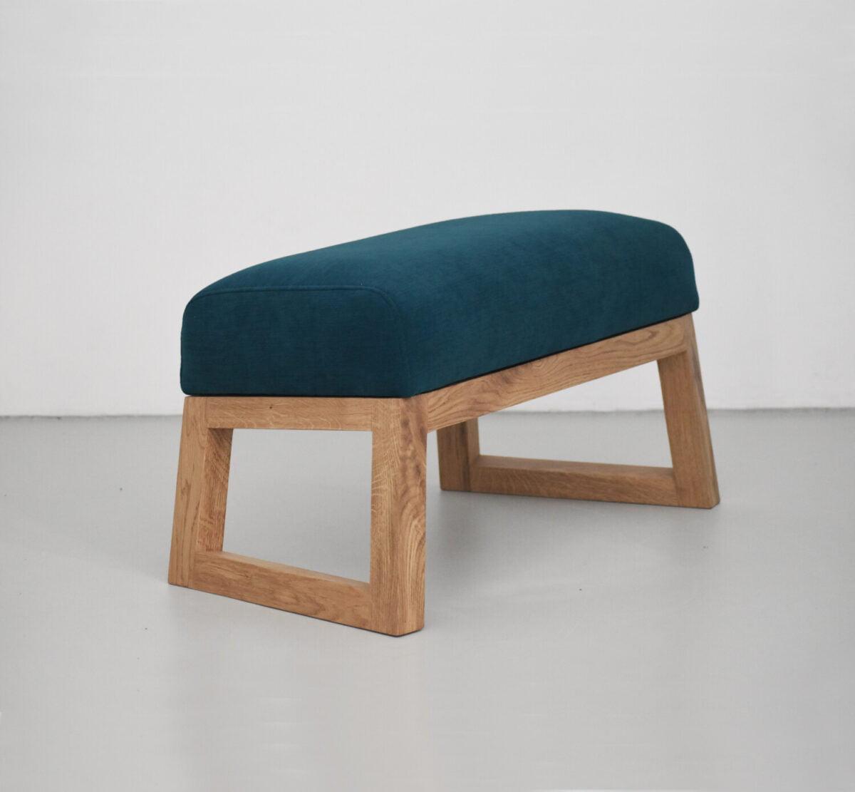 Podnóżek turkusowy do wygodnego fotela uszaka, polski design. Nowoczesny fotel Lord z podnóżkiem