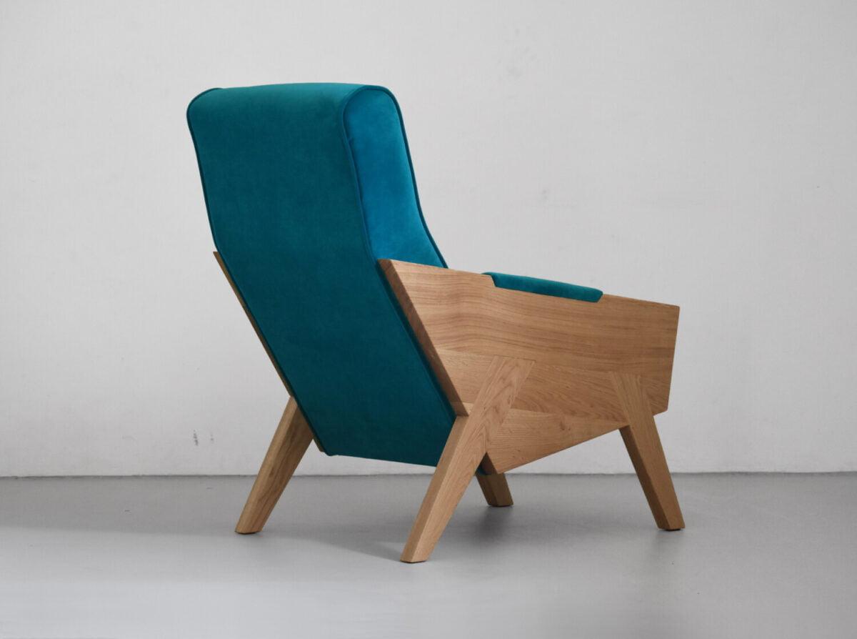 wygodny fotel z litego drewna dębowego , turkusowy fotel, polski design