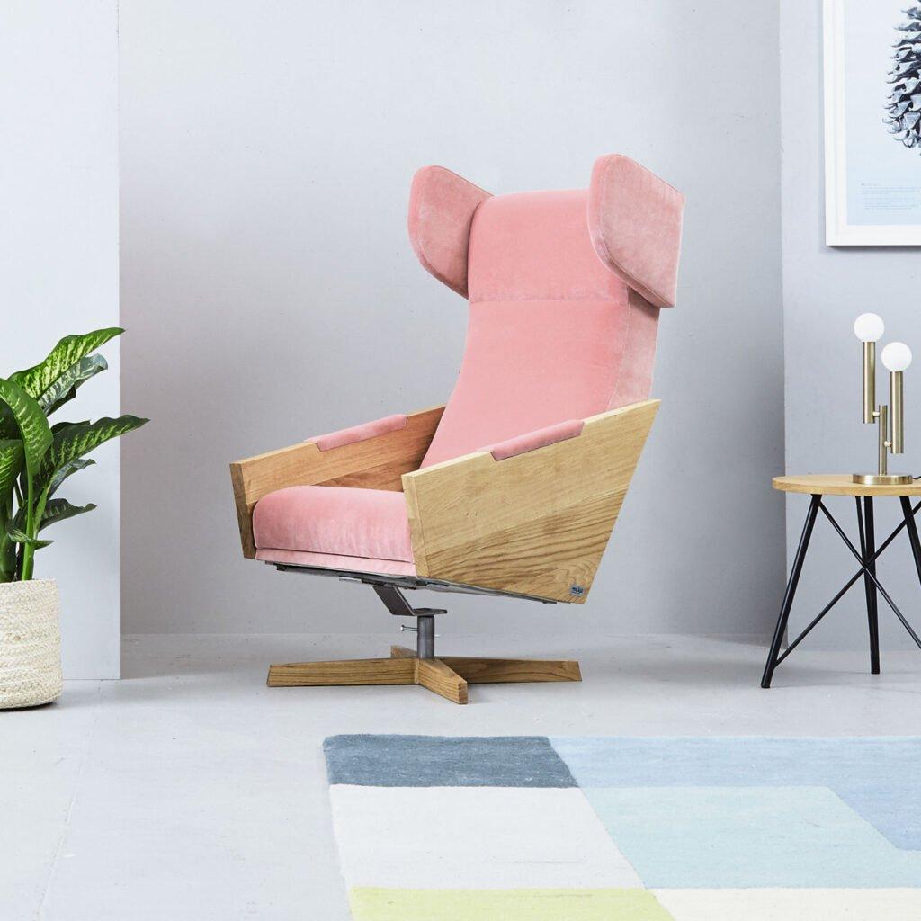 wygodny obrotowy fotel do salonu, różowy fotel