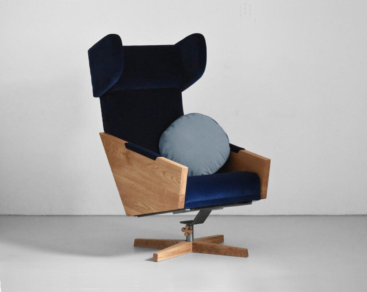 wypoczynkowy fotel obrotowy do salonu z dębowymi bokami