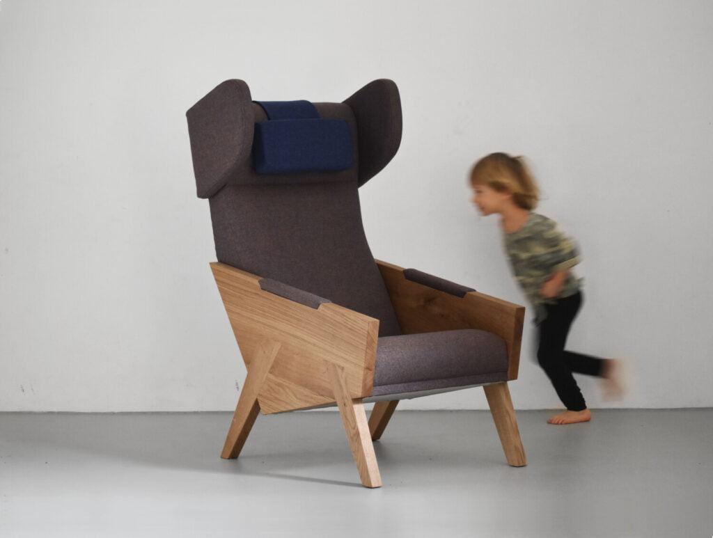 wypoczynkowy dębowy fotel uszak do salonu tapicerowany wełną, polski design
