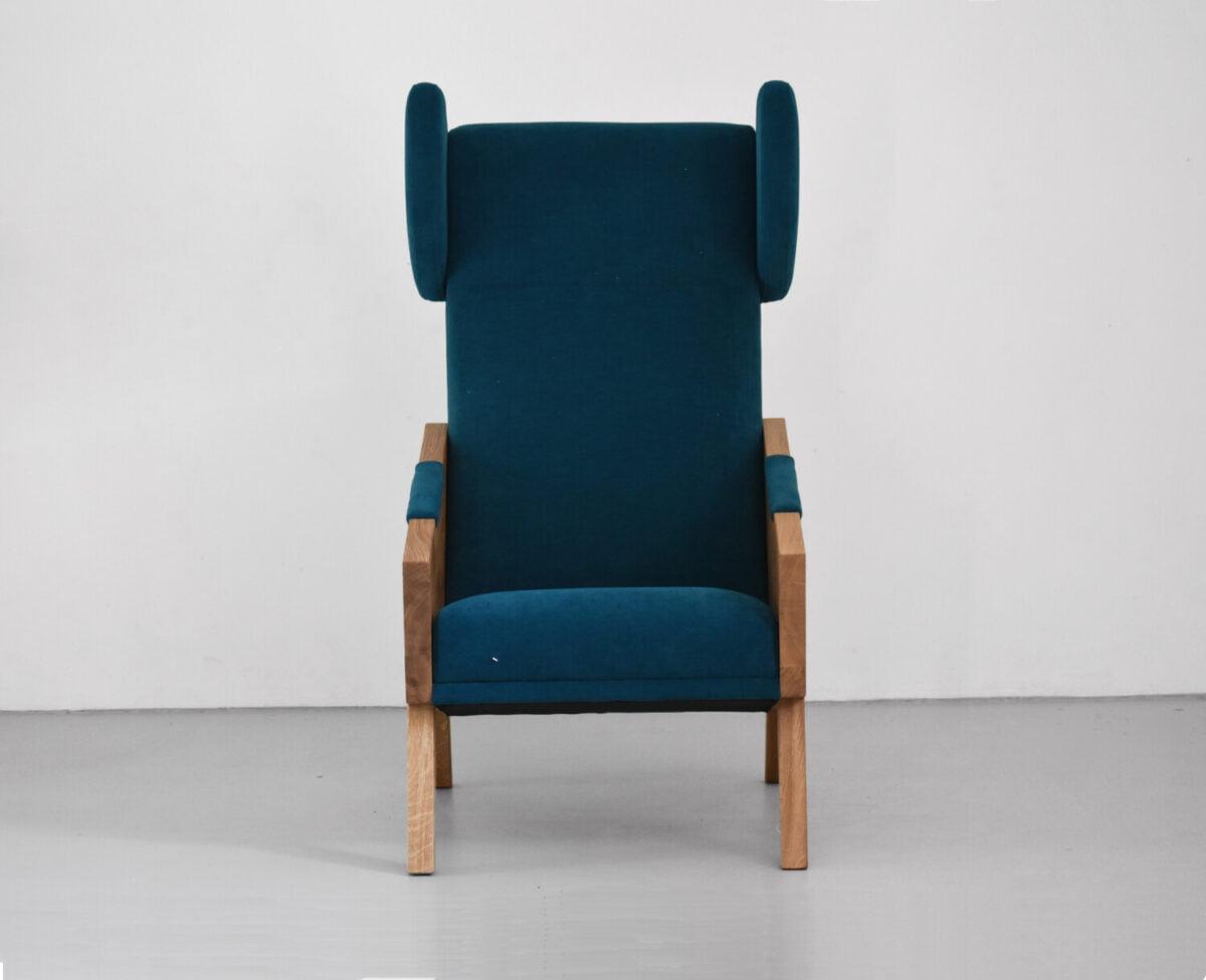 wypoczynkowy dębowy fotel uszak do salonu w kolorze turkusowym, polski design