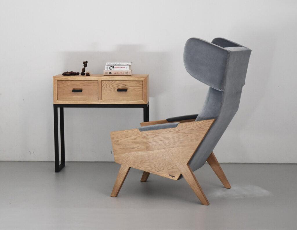 wypoczynkowy dębowy fotel uszak do salonu w kolorze szarym, polski design