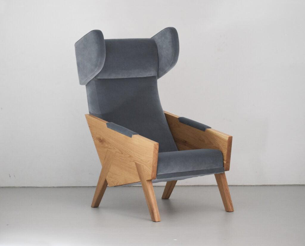 LIU ergonomiczny dębowy fotel uszak do salonu. Wypoczynkowy fotel z drewnianymi bokami w skandynawskim stylu.