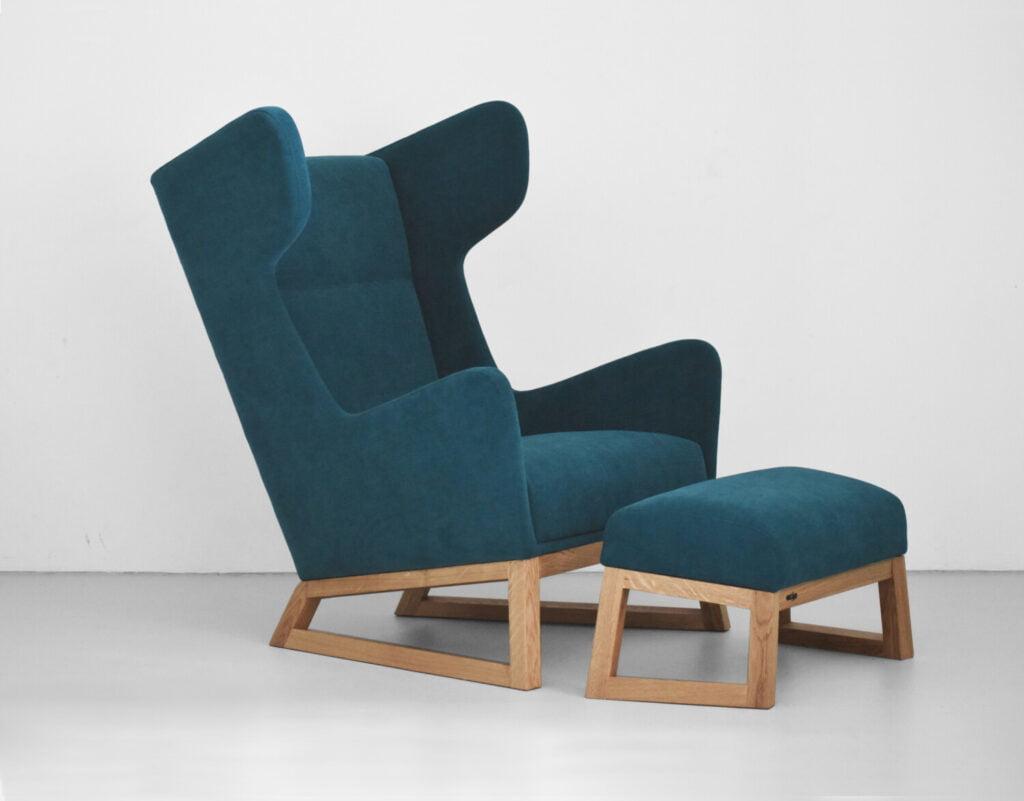 designerski fotel uszak LORD na drewnianych nogach w kolorze turkusowym