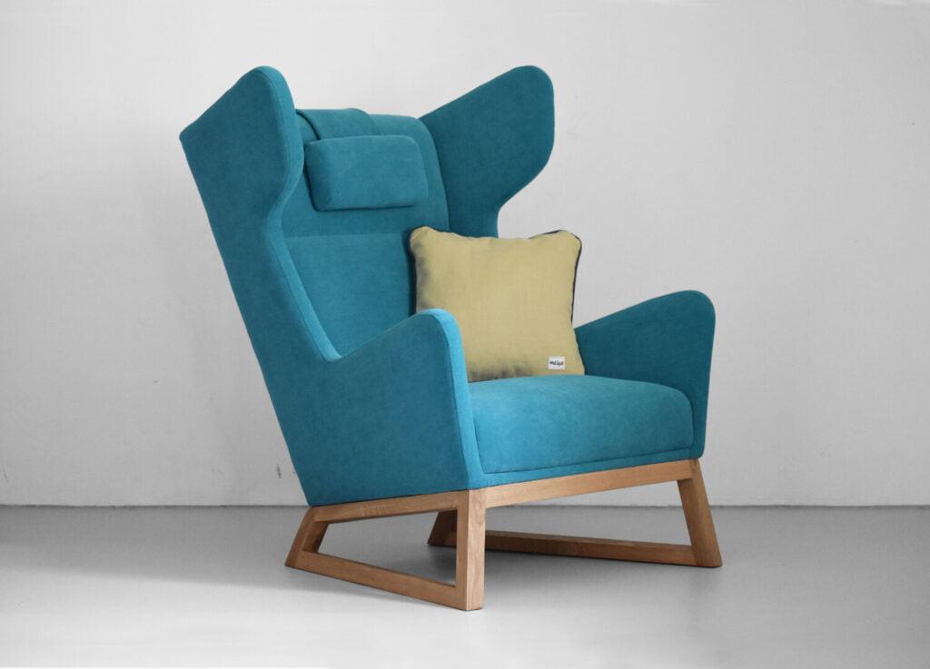 designerski fotel uszak LORD na drewnianych nogach w kolorze turkusowym, polski design