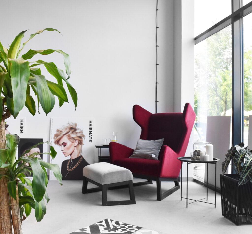 designerski fotel uszak LORD na drewnianych nogach w kolorze bordo, polski design