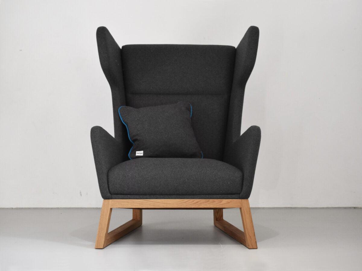 designerski fotel uszak LORD na drewnianych nogach, szary fotel, polski design