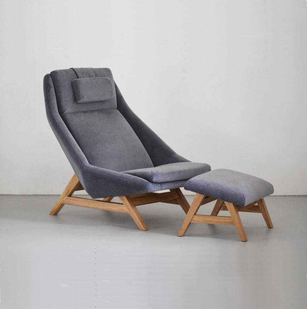 komfortowy stylowy nowoczesny fotel Mito na drewnianej podstawie tapicerowany naturalna bawełnianą tkanina , fotel niebieski pastelowy, styl skandynawski , minimalistyczny, fotel z podnóżkiem