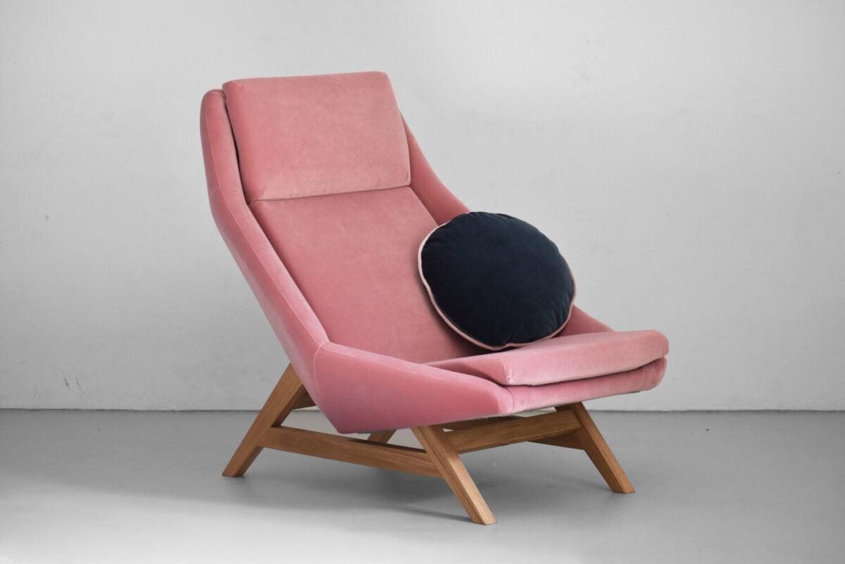 różowy wygodny fotel Mito na dębowych nogach