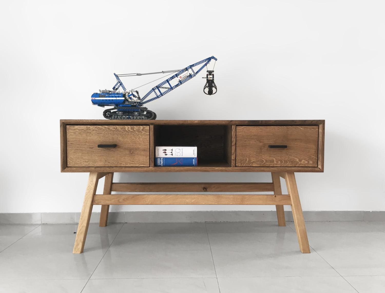 szafka pod telewizor Muko z litego drewna dębowego na drewnianych nogach w skandynawskim stylu