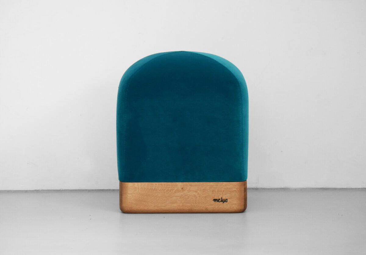 opływowa pufa TULIP na drewnianej podstawie, polski design, oryginalna pufa , siedzisko do przedpokoju