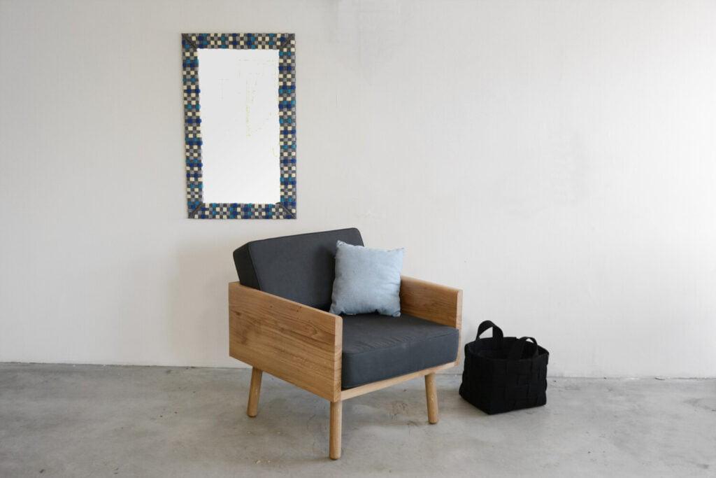 prosty dębowy szary fotel w minimalistycznym stylu