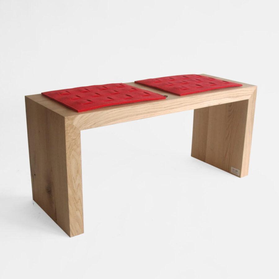 dębowa drewniana prosta minimalistyczna ławka z czerwonymi podkładkami z filcu