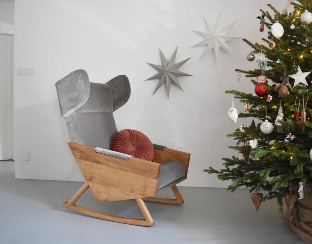 szary fotel bujany w skandynawskim stylu, nowoczesny uszak do sypialni, fotel do pokoju dziecka