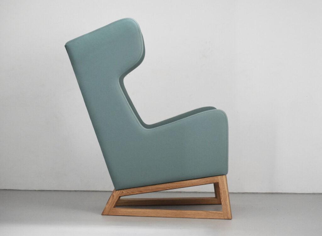 Lord miętowy nowoczesny fotel uszak na drewnianej podstawie