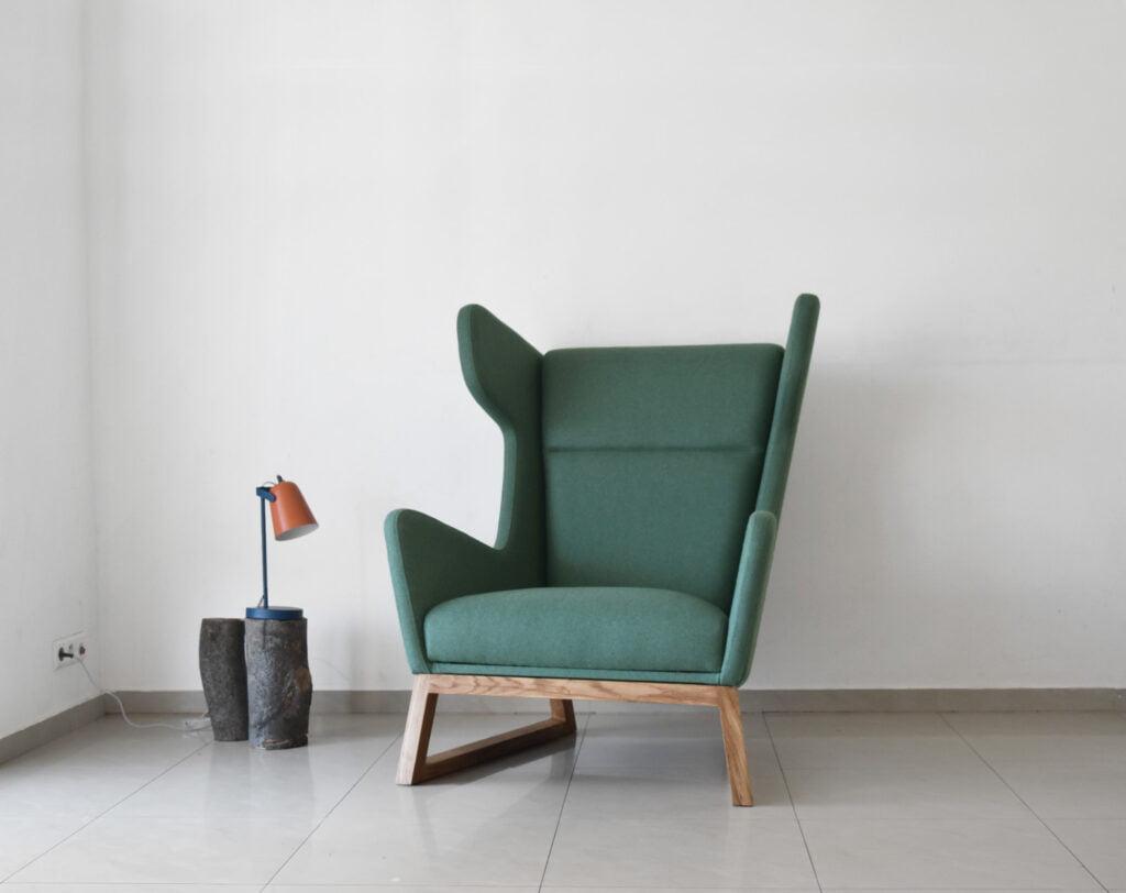 designerski fotel uszak LORD na drewnianych nogach, zielony fotel, polski design