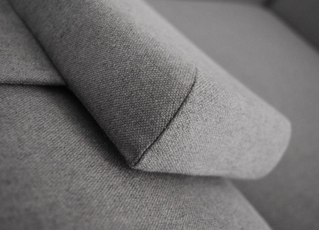 komfortowy stylowy nowoczesny fotel Mito na drewnianej podstawie tapicerowany naturalna bawełnianą tkanina , kolor szary, styl skandynawski , minimalistyczny