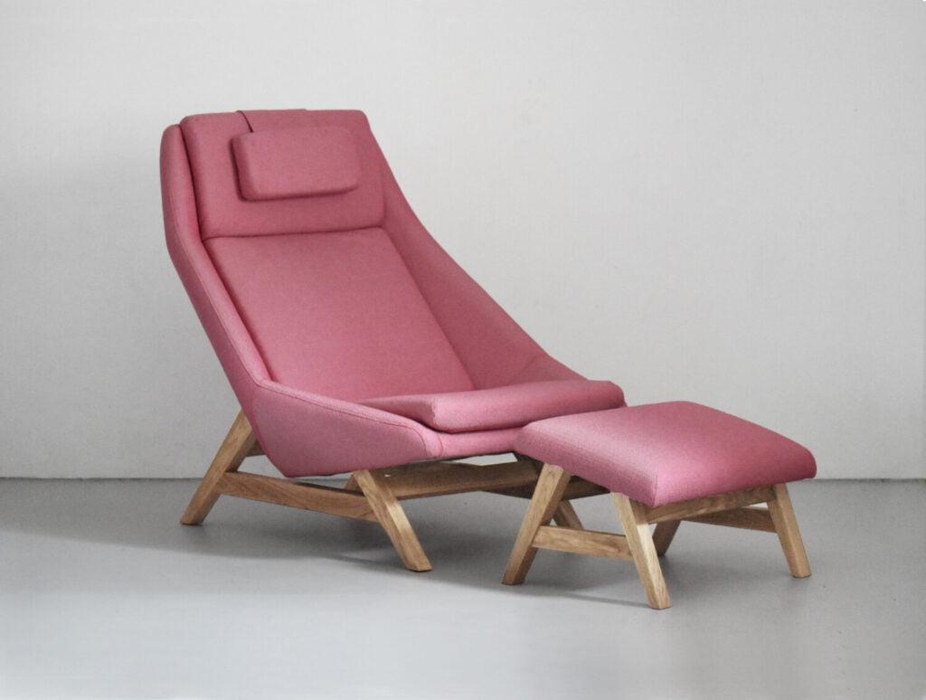 komfortowy stylowy nowoczesny fotel Mito na drewnianej podstawie tapicerowany naturalna bawełnianą tkanina , fotel różowy, styl skandynawski , minimalistyczny