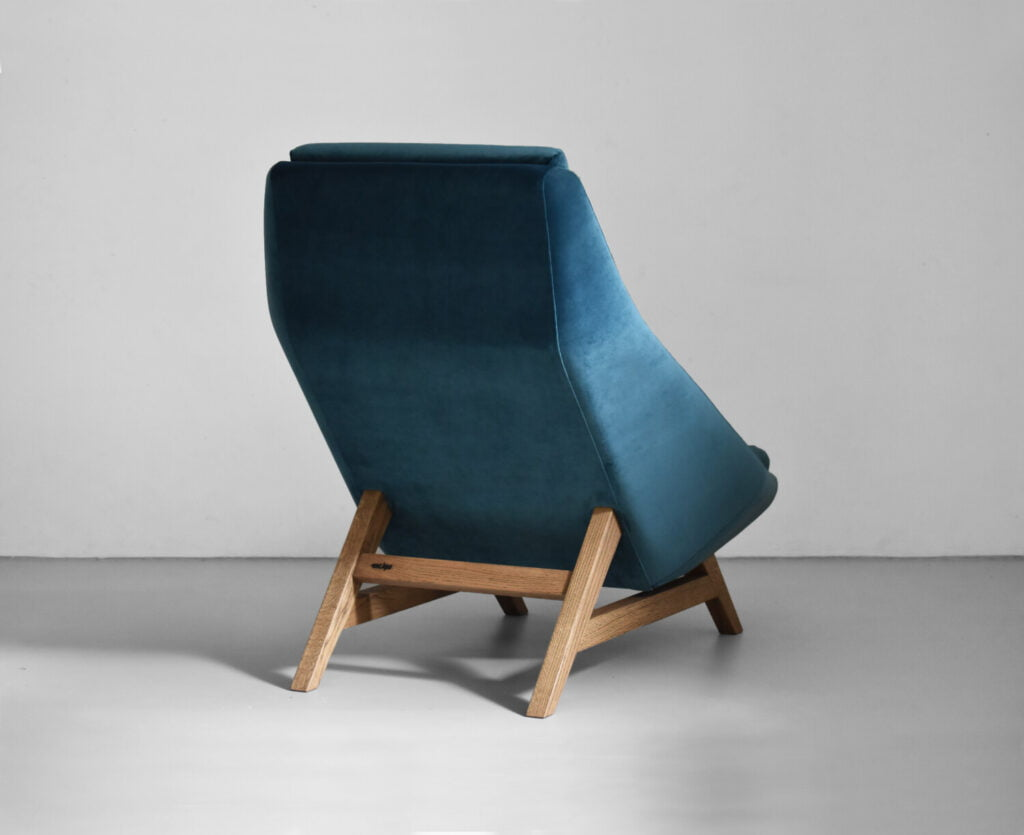 komfortowy stylowy nowoczesny fotel Mito na drewnianej podstawie tapicerowany naturalna bawełnianą tkanina , fotel turkusowy, styl skandynawski , minimalistyczny