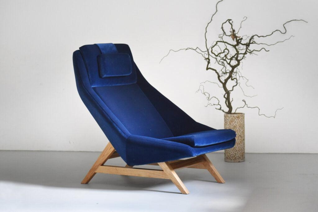 komfortowy stylowy nowoczesny fotel Mito na drewnianej podstawie tapicerowany naturalna bawełnianą tkanina , fotel granatowy, styl skandynawski , minimalistyczny