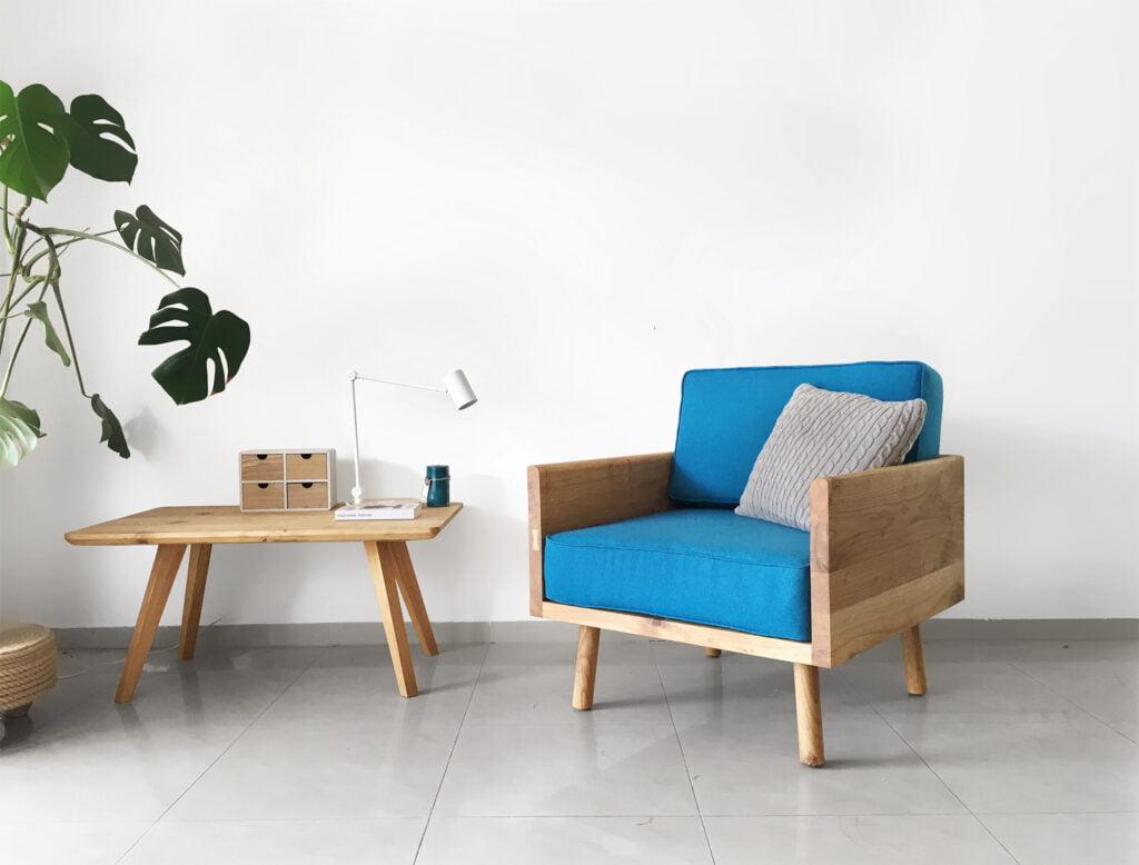 prosty dębowy turkusowy fotel w minimalistycznym stylu