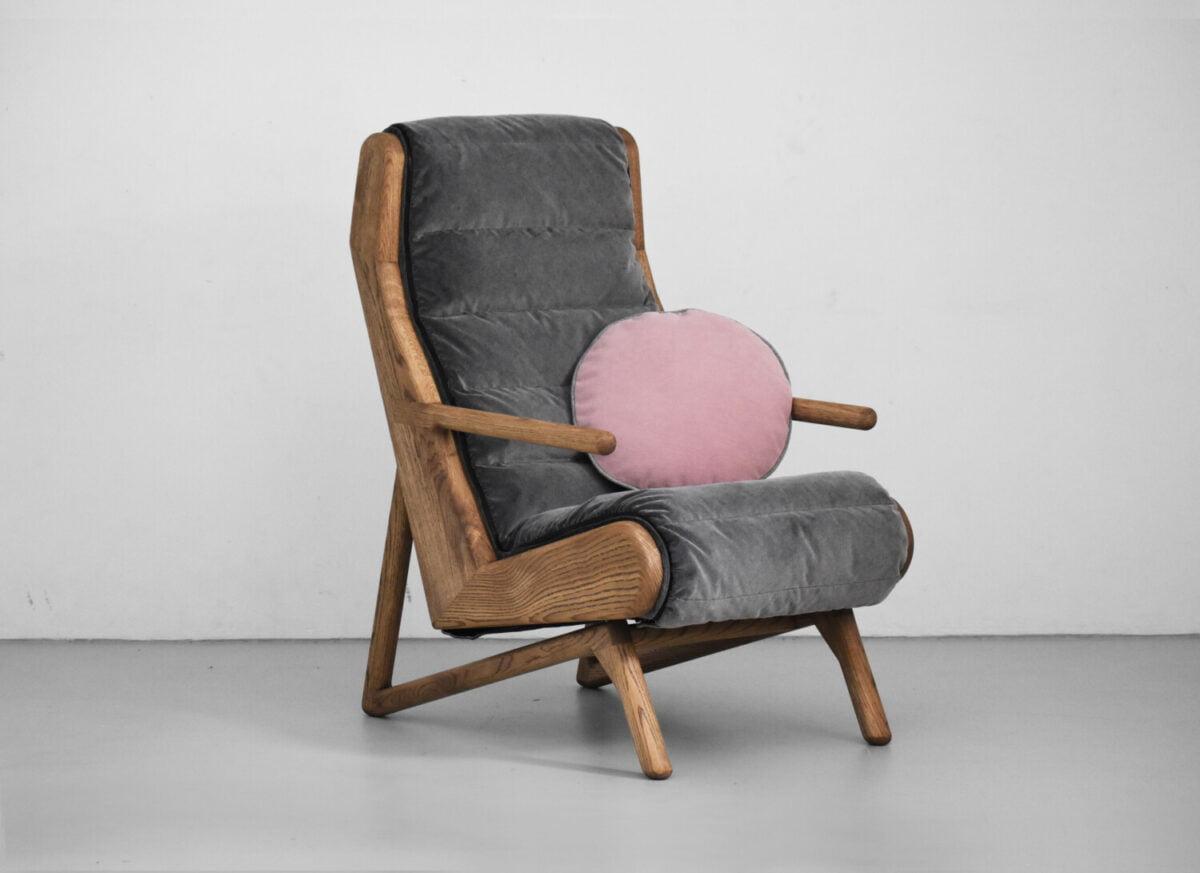 szary, pikowany, dębowy fotel Cameleon ze ściąganą tapicerką