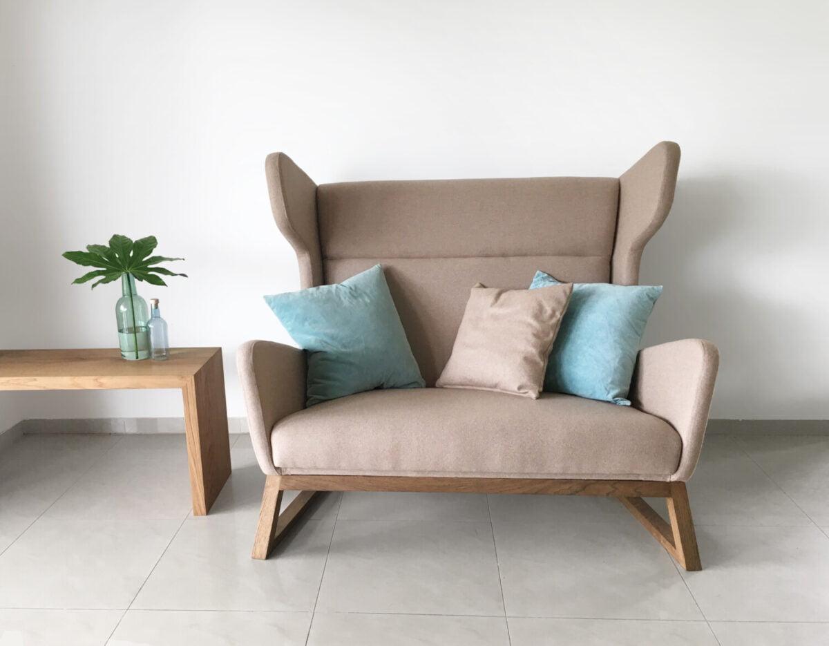 dwu-osobowa orginalan bezowa sofa uszak do salonu, nierozkładana dębowa kanapa w skandynawskim styl