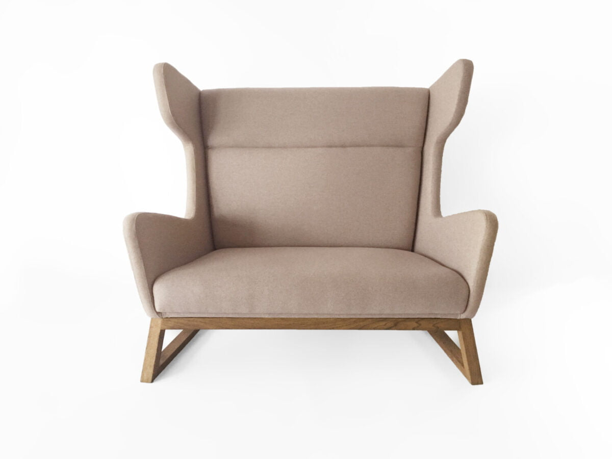 dwu-osobowa orginalan bezowa sofa uszak do salonu, nierozkładana dębowa kanapa w skandynawskim stylu