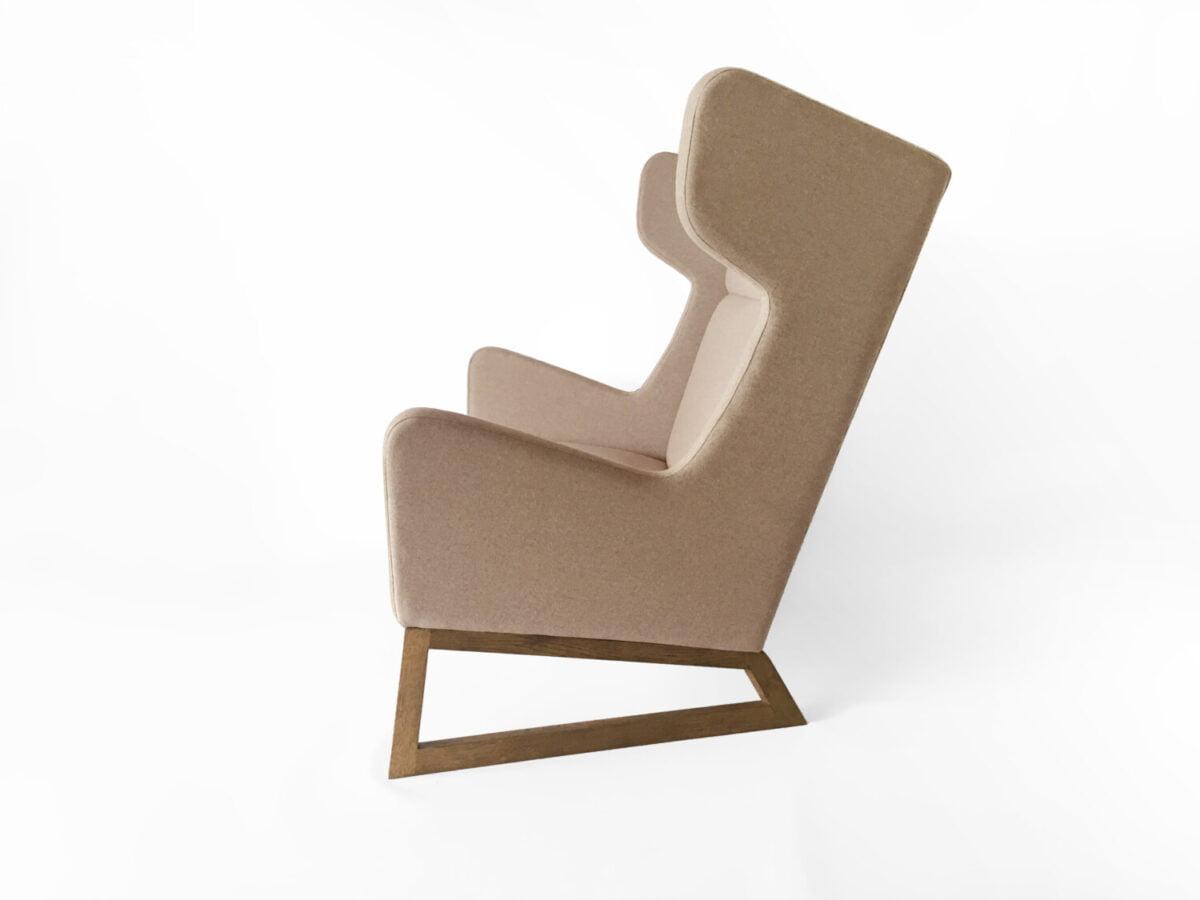 dwuosobową orginalan bezowa sofa uszak do salonu, nierozkładana dębowa kanapa w skandynawskim stylu.