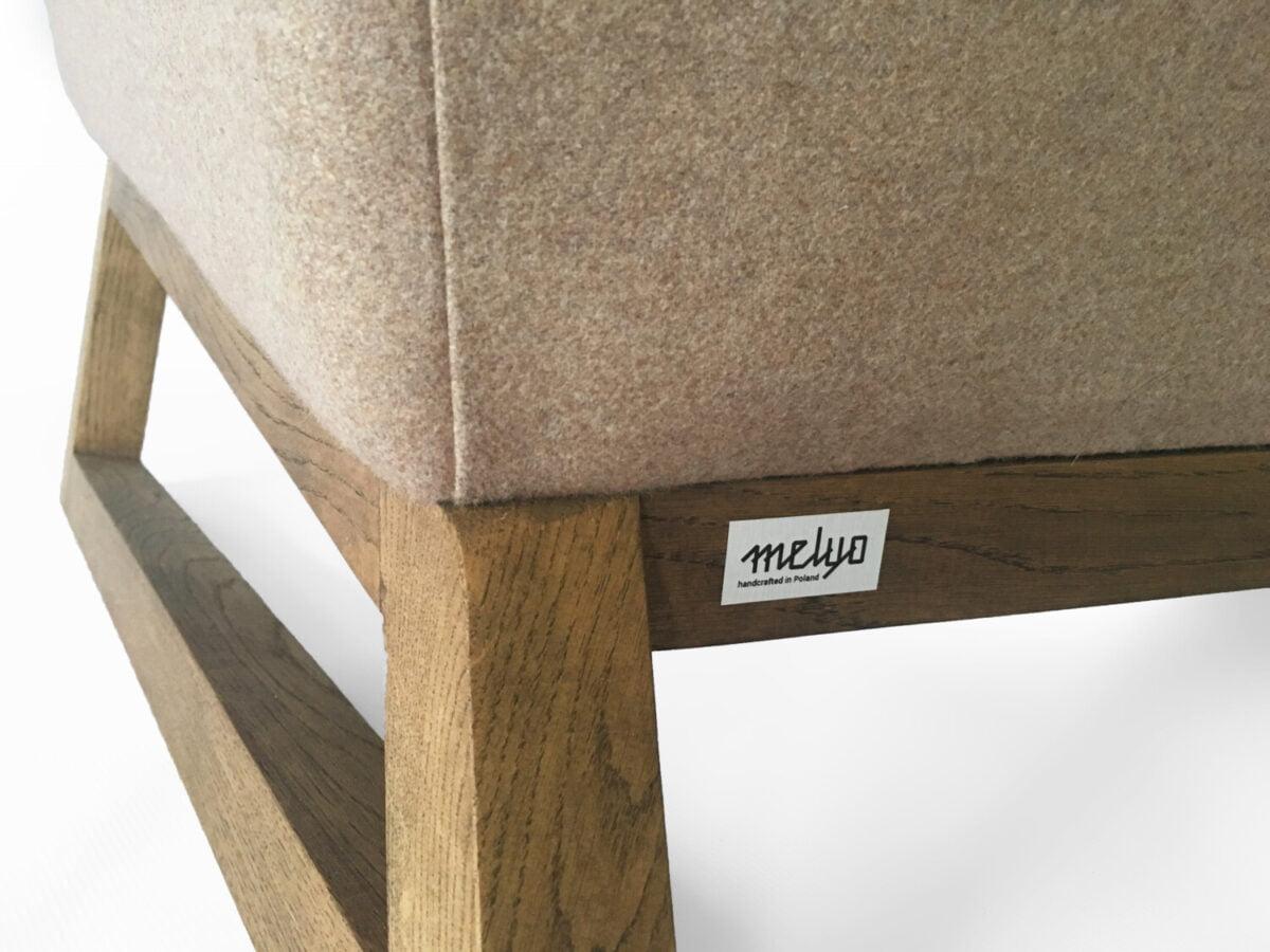 dwuosobową orginalan bezowa sofa uszak do salonu, nierozkładana dębowa kanapa w skandynawskim stylu